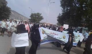 مسيرة حاشدة يقودها المعلمين وتنظم وقفة احتجاجية أمام المعاشيق تجبر الرئاسة استقبال ممثليها