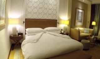 """في بث مباشر.. كاميرات خفية تصور مئات الأزواج في """"أوضاع حميمة"""" داخل الفنادق"""