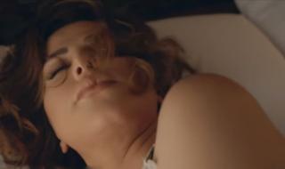 """شمس الكويتية في مشاهد """"إغراء"""" على السرير تُثير جدلاً وهجوم الجمهور عليها؟"""