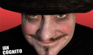 """صادم.. فنان كوميدي شهير يلفظ أنفاسه الأخيرة على خشبة المسرح بعد إلقائه نكتة عن """"الموت"""".. شاهد ماقاله؟ (فيديو)"""