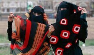 شاهد... فتاة يمنية تمنع والدها من دخول المنزل والسبب! (فيديو)