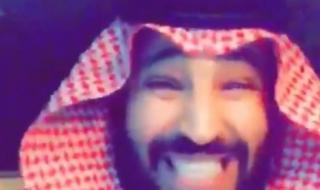 """ظهور شبيه لـ""""محمد بن سلمان"""" يرتكب أعمالًا مفاجئة.. وقرار صادم من الديوان الملكي السعودي بحقه"""