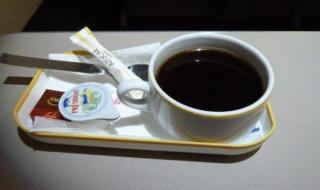 لماذا لا يشرب طاقم الطائرة الشاي والقهوة؟ تعرَّف على السبب