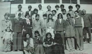 أمريكية من اصول يمنية تنشر صورة نادرة لفتيات وشباب من صنعاء في السبيعينات شاهد الصوره