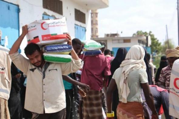 شاهد.. الهلال الأحمر الإماراتي يغيث النازحين في مديرية زنجبار بمحافظة أبين