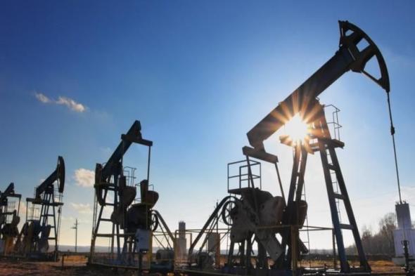 أسعار النفط تنخفض بفعل فائض المعروض وبيع الأسهم