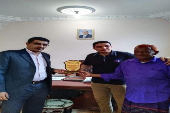 رئيس نادي الحسيني يهدي وزير الشباب والرياضة درع تذكاري