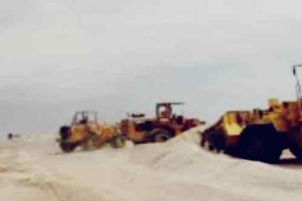 حملة لإزالة الكثبان الرملية من طريق عدن ـ أبين