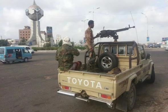 طقم للحزام الأمني بعدن يصدم سيارة مواطنة ويلوذ بالفرار