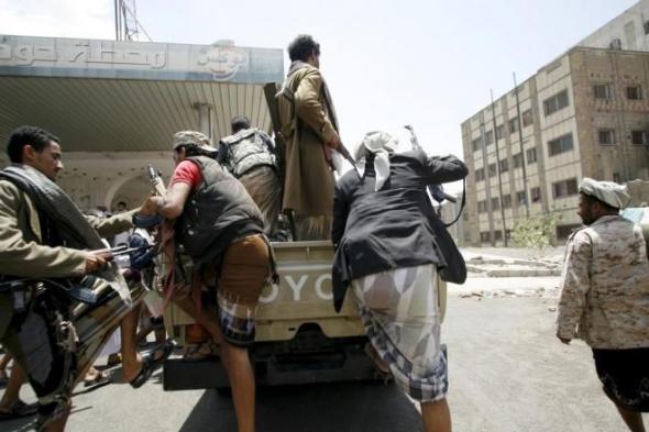 """""""أرملة صنعانيه"""" تستوقف عربة حوثية في قلب العاصمة صنعاء وتطالب المقاتلين بهذا الطلب الجريء !؟"""