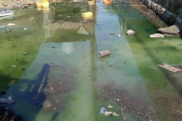 مياه المجاري تغمر منازل حارة الفرن القديم بصلاح الدين و مدير المياه والصرف الصحي عدن يتكفل بمعالجة المشكلة