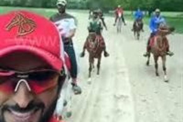 شاهد.. الملك المفدى أثناء ممارسة رياضة ركوب الخيل